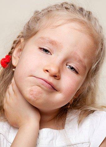 Niña con dolor de garganta