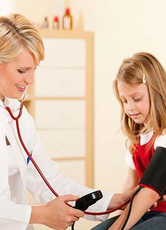 Niña medición presión arterial