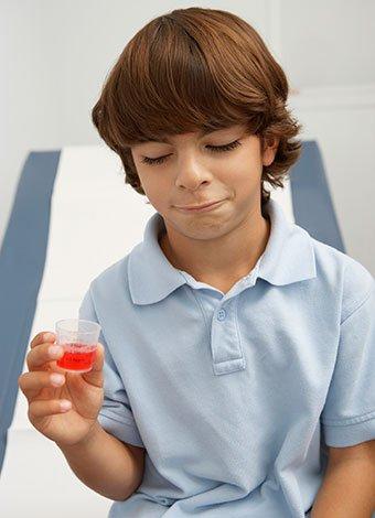 Niño con medicamento
