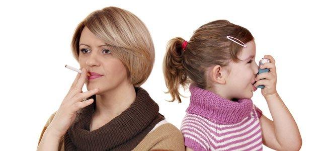 Madre fuma con hija con ventolín