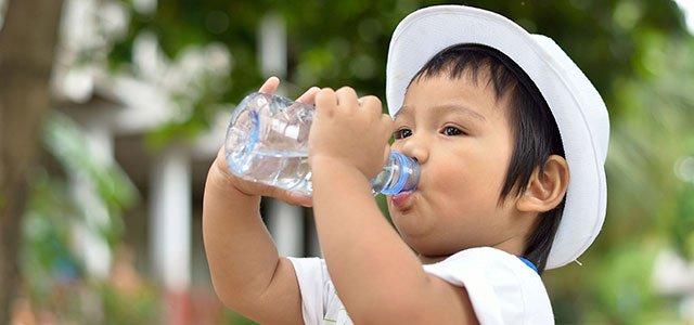 Niño bebe agua
