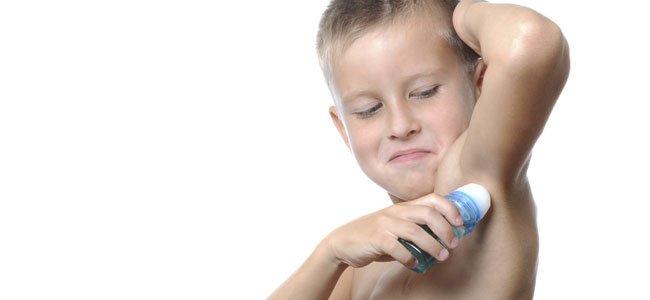 Niño se da desodorante