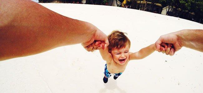 Por qué no levantar de las manos al bebé