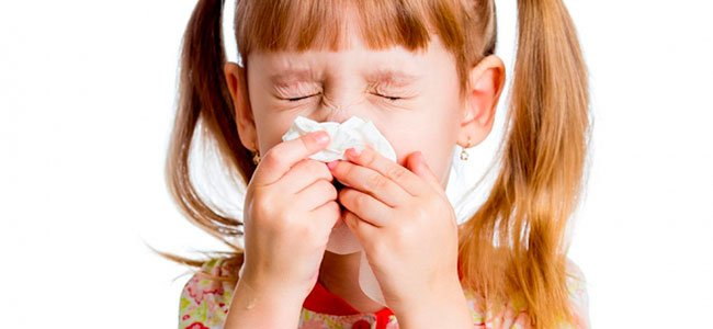 Niña con coletas estornuda