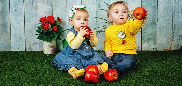 Niños con manzanas