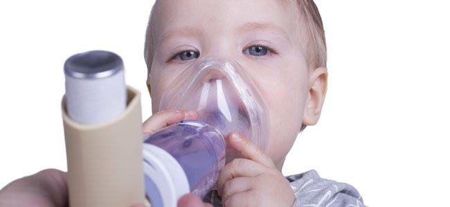 Enfermera con niño con asma