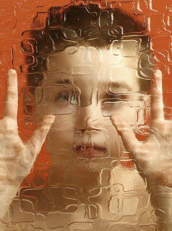 Niño autista, pidiendo auxilio