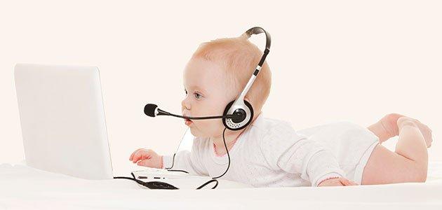 Bebé con ordenador y cascos