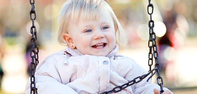 Bebé en columpio del parque