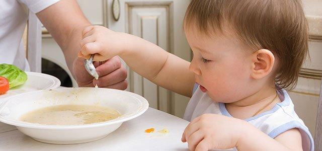 Bebé toma sopa