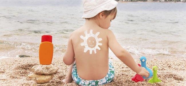 Bebé con crema de sol