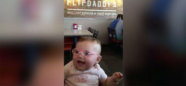 Bebé con gafas
