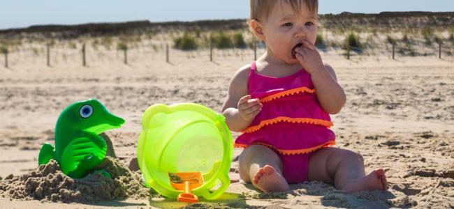 Mi bebé se come la arena, ¿qué hago?