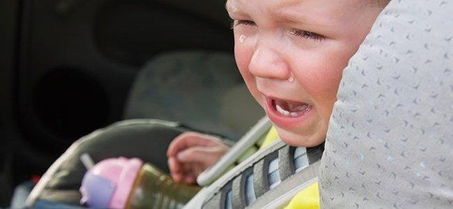 Por qué no se debe dejar al niño solo dentro del coche