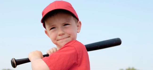 Niño juega al besibol