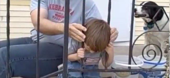 Niño con cabeza atrapada