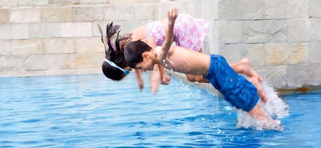 Tirarse de cabeza en la piscina