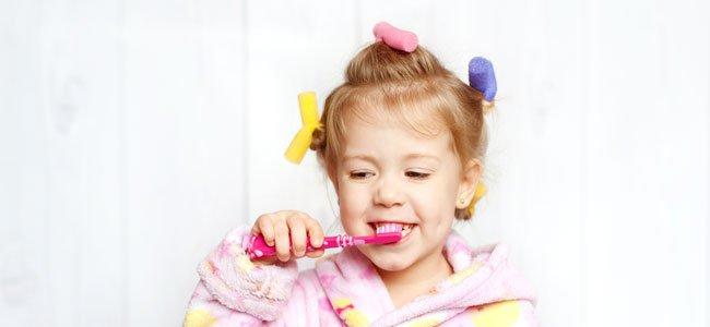 Niña se cepilla los dientes