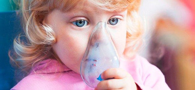 Niña con máscara para el asma