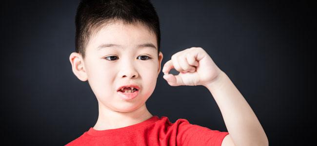 Por qué hay que tratar los dientes de leche en los niños si se van a caer
