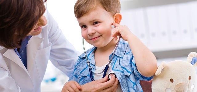 Doctora ausculta niño