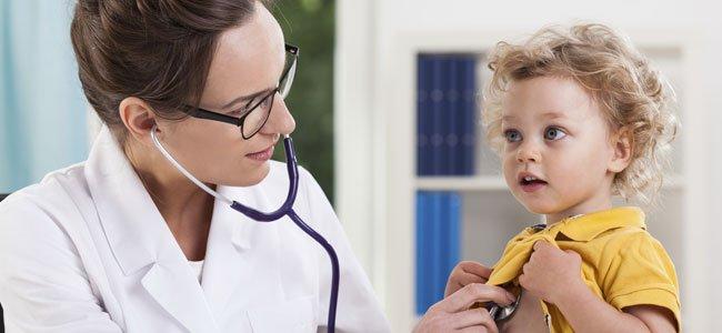 Doctora con niño