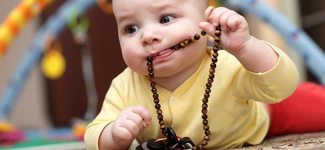 cómo evitar atragantamiento en niños y bebés