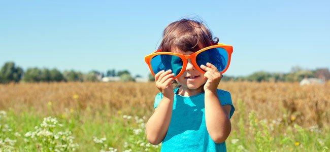Niña con gafas gigantes