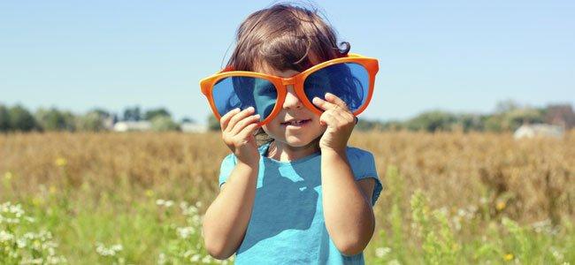 Los niños y las gafas de sol