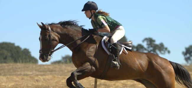 Niña monta a caballo