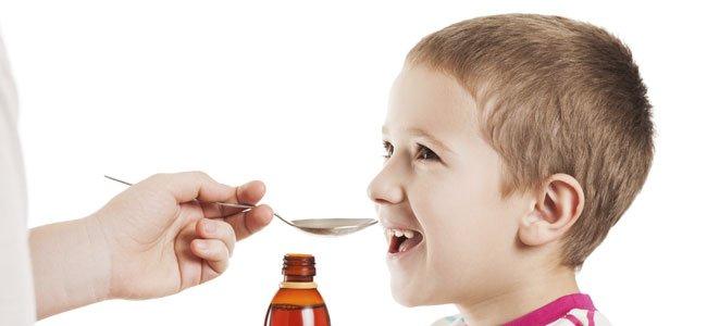 Niño toma medicina
