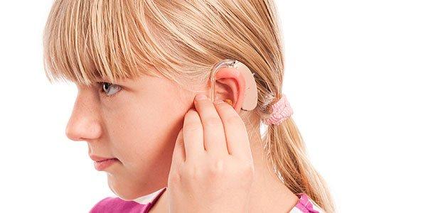 Niña con aparato en el oído