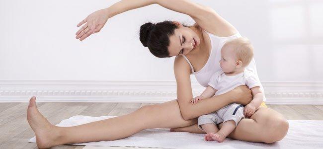 Madre con bebé hace ejercicio