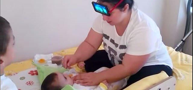 Madre con móvil en la cabeza