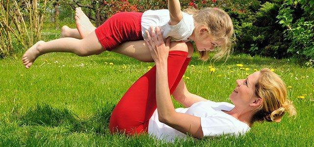 Madre con hija hace ejercicio