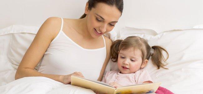 Madre lee cuento niña