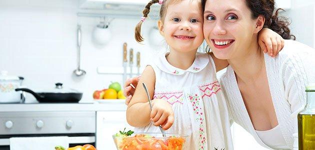 Niña con madre en la cocina