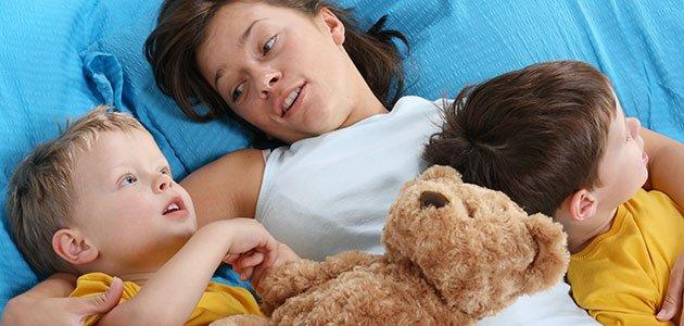 Madre con niños en la cama