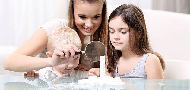 Madre con hijos miran el azucar