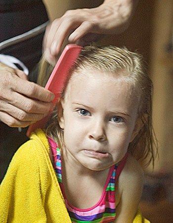 Cómo los padres eliminan piojos de los niños