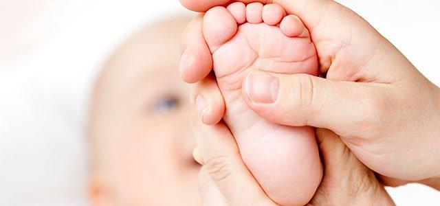 Masaje en pie de bebé