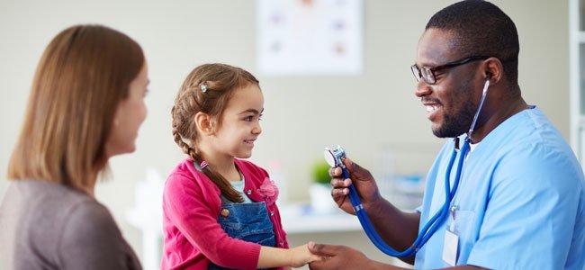 Médico con madre e hija