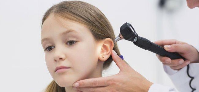 Miran oído niña