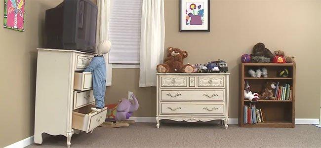 El peligro de que los niños trepen por los muebles