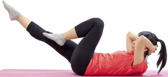 Mujer hace ejercicio suelo
