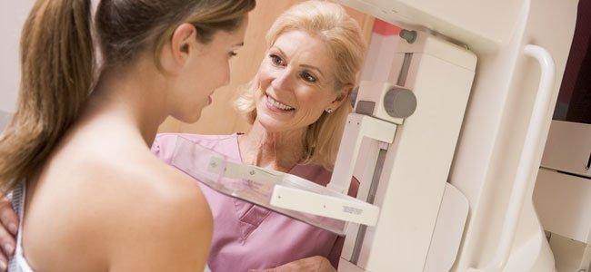 Mujer joven se hace mamografía