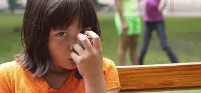 Niño asmático con inhalador