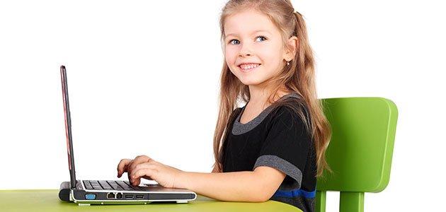 niña sentada con ordenador