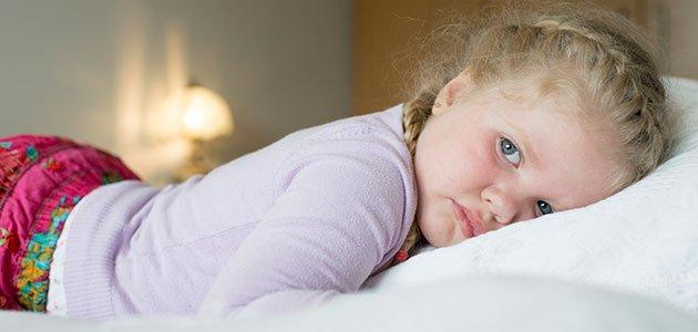 Niña en la cama triste