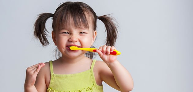 Niña se limpia dientes